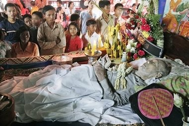 Ceremonia funeraria del líder jemer rojo.