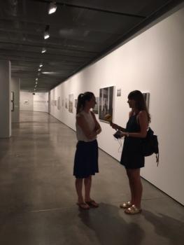 Con Lurdes R. Basolí mientras la entrevisto entre las fotografías de la exposición.