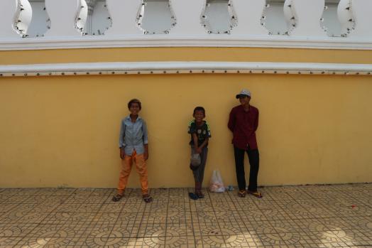 Tres jóvenes en la calle. Phnom Penh. Marisa López